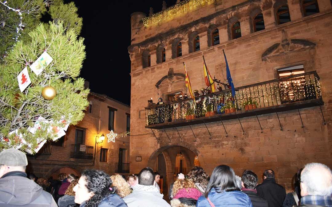 Los Reyes Magos en el balcón del Ayuntamiento de La Fresneda.