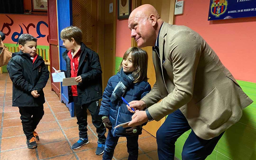 Calderé firmando autógrafos en el local de la Peña del F.C. Barcelona./ Alicia Martín