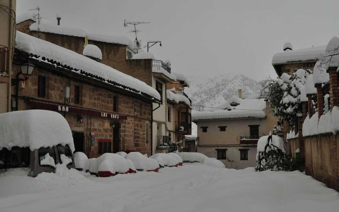 La nevada superó los 75 centímetros en Beceite. Nadie por las calles e incomunicación total.