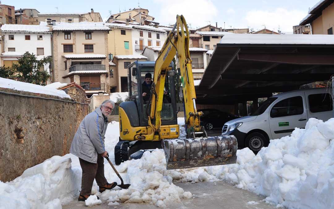 Los vecinos continúan hoy con las labores de limpieza de las calles.