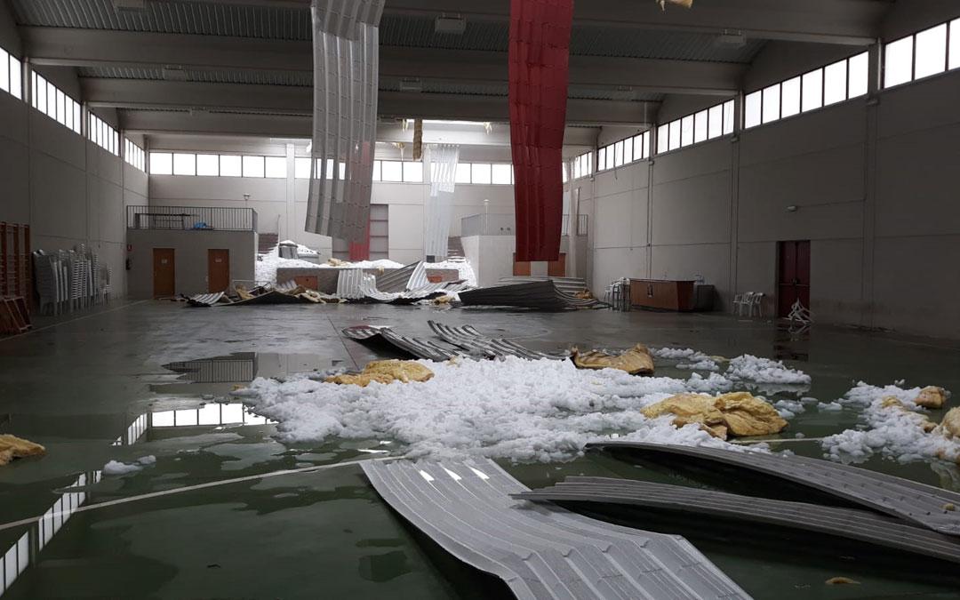 El techo hundido del pabellón de Belmonte por la acumulación de nieve. / Ayuntamiento Belmonte de San José