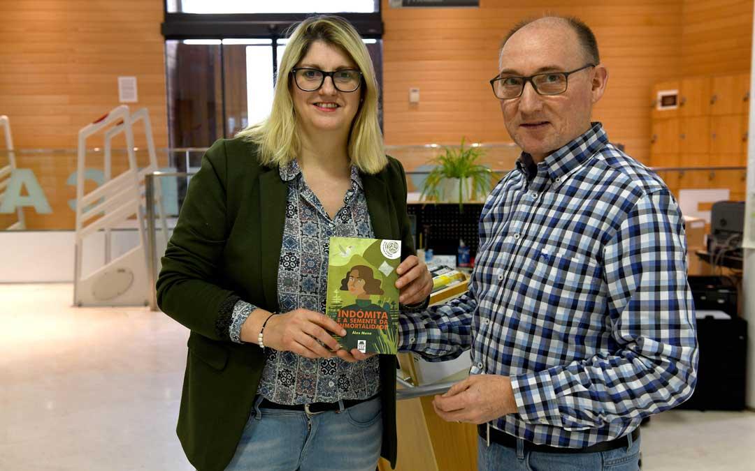 La hermana del escritor, la concejal Susana Mene, y el técnico de la biblioteca Tomás Hernández / Ayto. Alcañiz