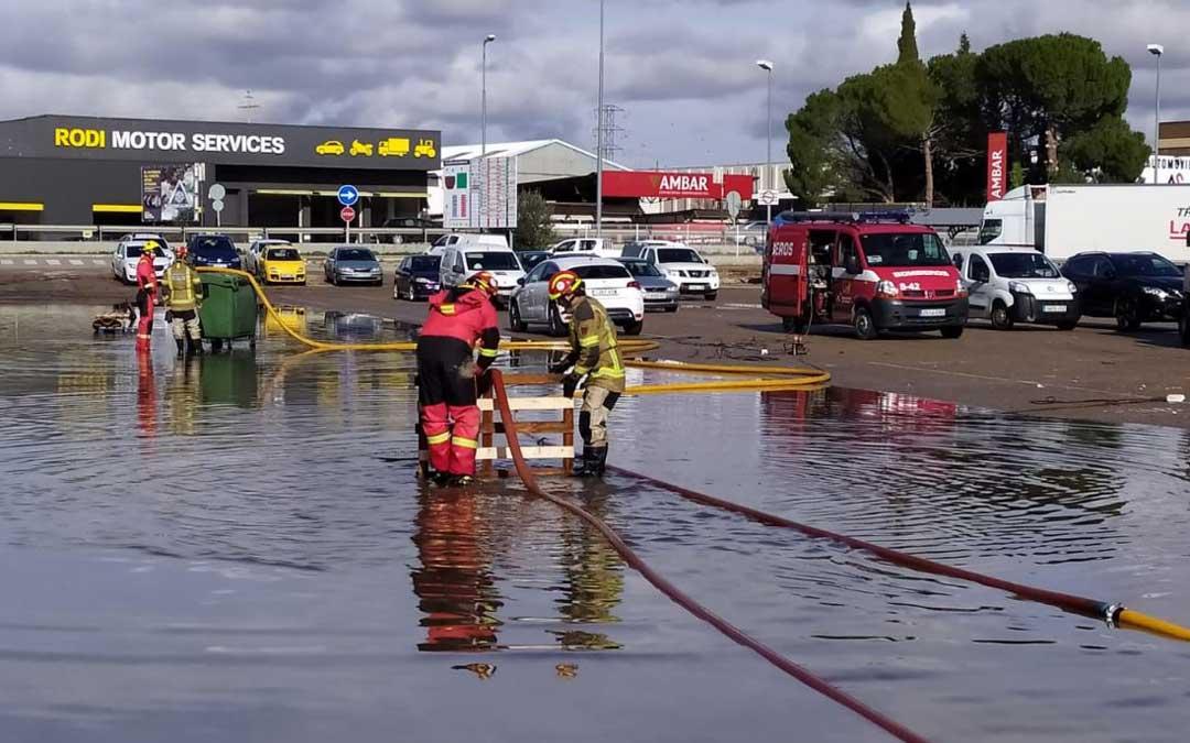 Los Bomberos de la Diputación Provincial de Teruel llevan desde el miércoles trabajando para achicar el agua que ha inundado el polígono La Laguna debido a que no funciona el escorredor del Mangón. En la imagen, este jueves al mediodía / J. Peñalver