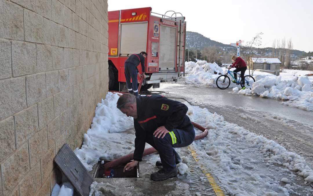 Los bomberos de Alcañiz llenan las cisternas en municipios como Valderrobres para suministrarla a las localidades afectadas.