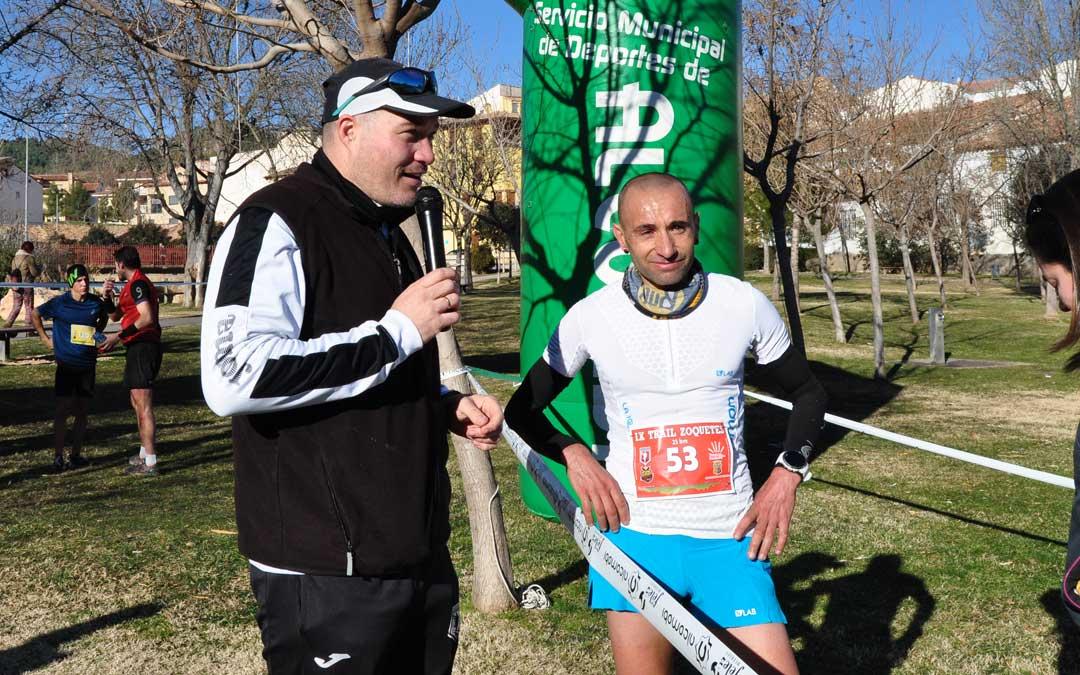 Imagen de Mario Bonavista ganador del trail 24,9 K, junto con Ángel Fernandez, uno de los organizadores del evento.