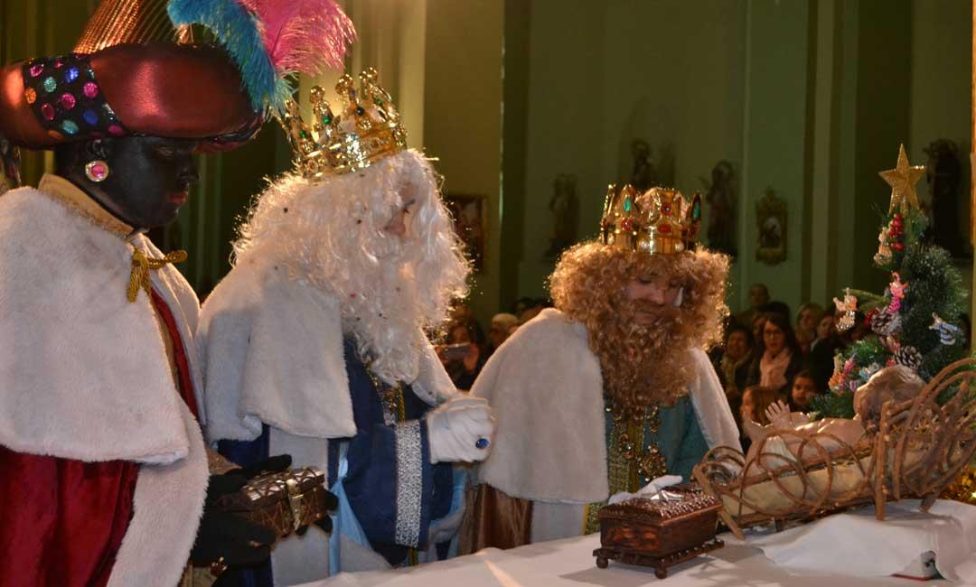 Los Reyes Magos en el momento de entregar sus presentes al Niño Jesús