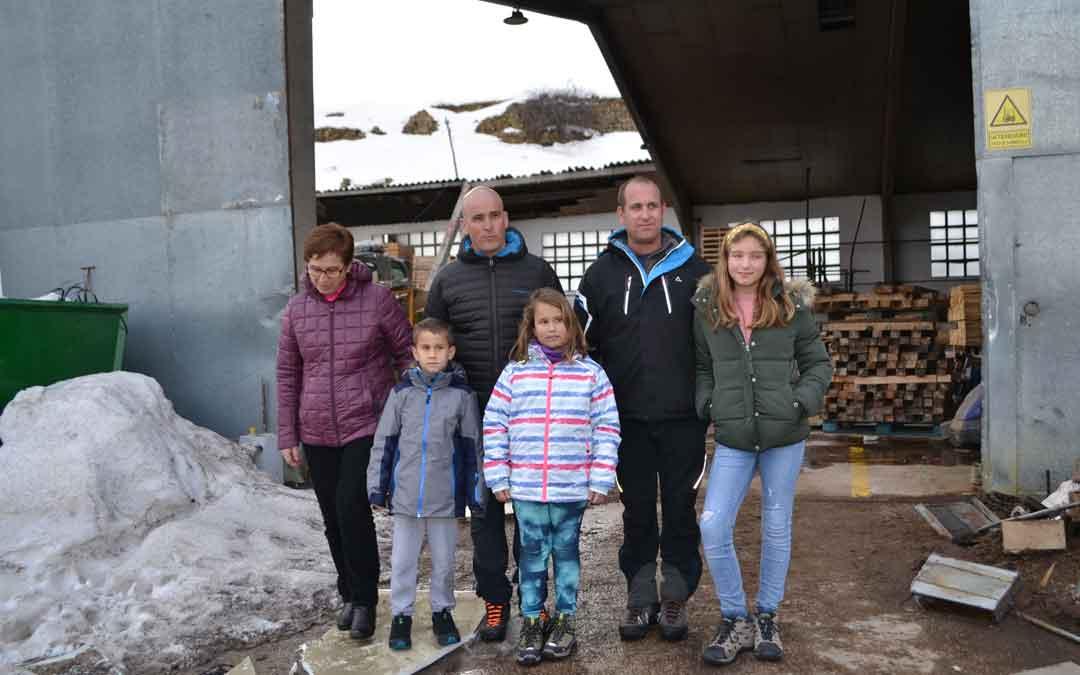 La familia Oliver en el aserradero familiar el sábado en Cantavieja