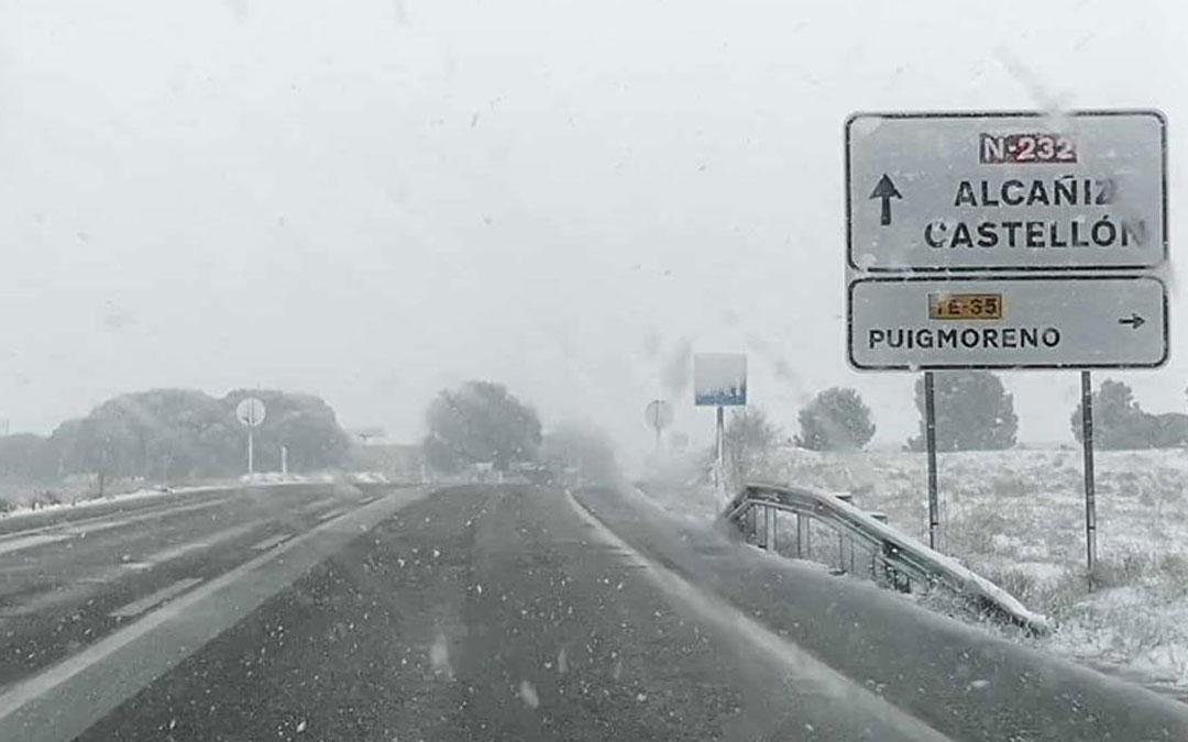 Aspecto que presentaba la N-232 en las inmediaciones de Alcañiz este lunes por la mañana, antes del grueso del temporal. / José Ángel Guimerá