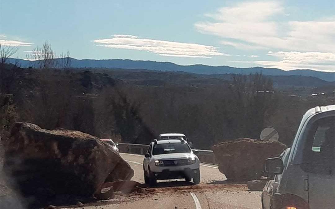 Espectacular derrumbe de grandes rocas en la carretera de Castelserás a Alcañiz