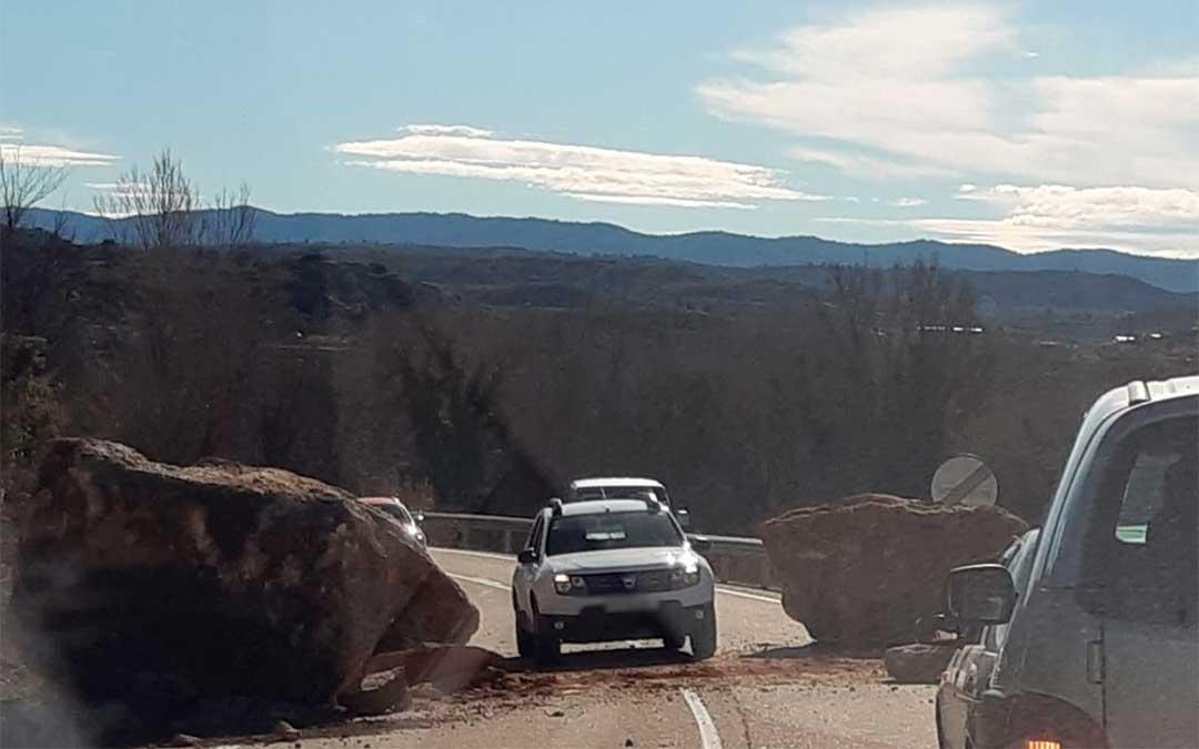 Un coche pasando por la carretera de Castelserás