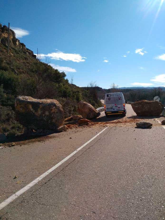 Una furgoneta pasando entre las rocas
