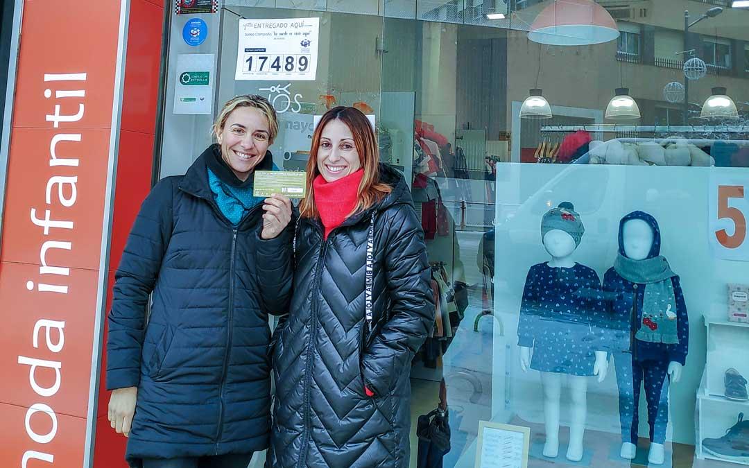 La ganadora y la propietaria del comercio Niños Moda Infantil / Asoc de Comerciantes de Alcañiz