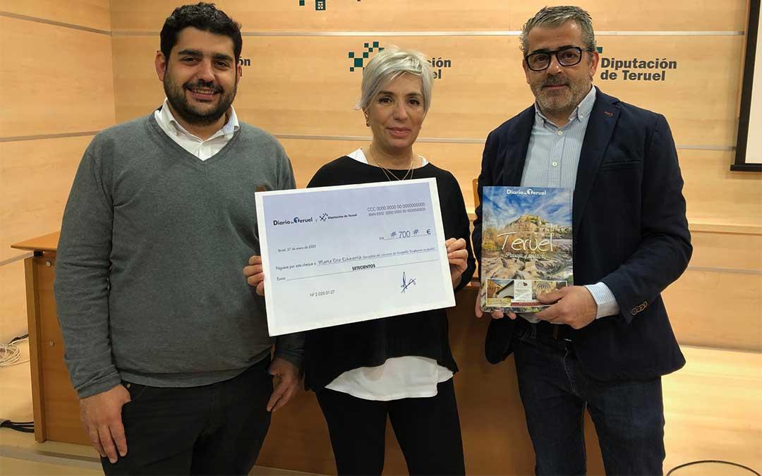 La ganadora, Marta Erce Echevarría, recibe el premio del diputado delegado de Cultura y Turismo, Diego Piñeiro, y el director de Diario de Teruel, Chema López Juderías./ DPT