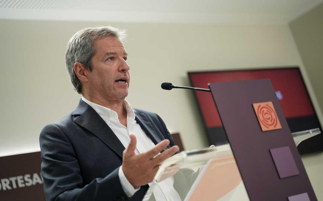 El portavoz de Ciudadanos, Daniel Pérez, en rueda de prensa en las Cortes de Aragón / Cs