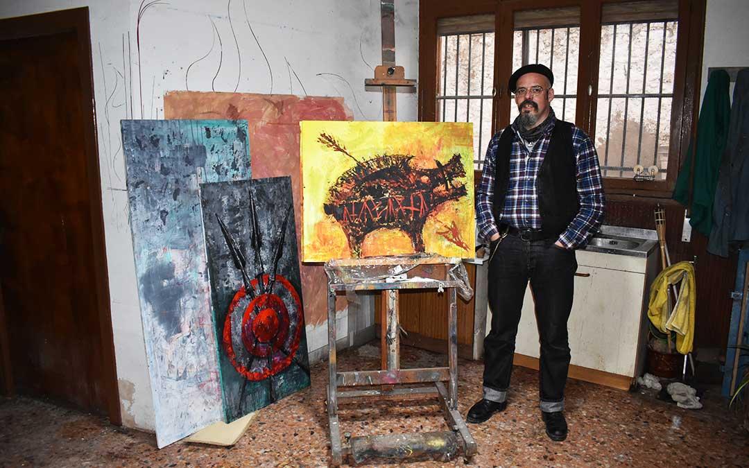 David Castillo con una de sus obras en su casa en Azaila.
