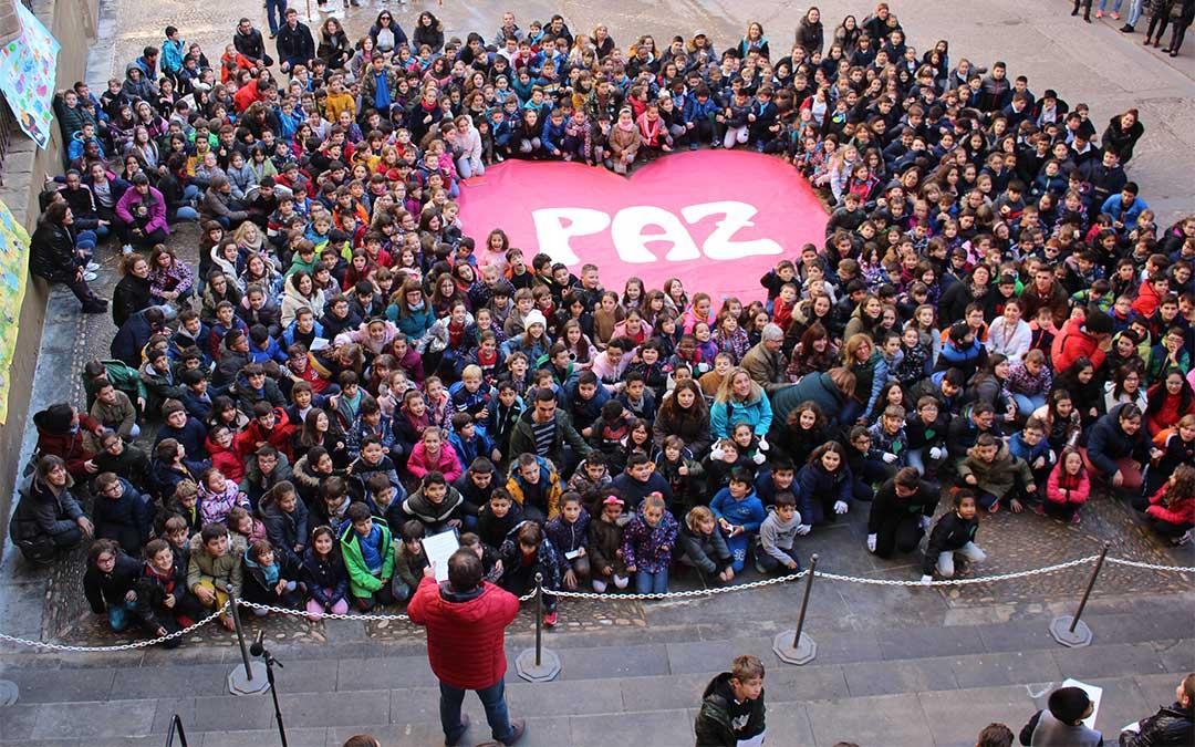 Los cinco colegios de Primaria de Alcañiz celebran el Día Escolar de la Paz en la plaza de España./ M. Celiméndiz