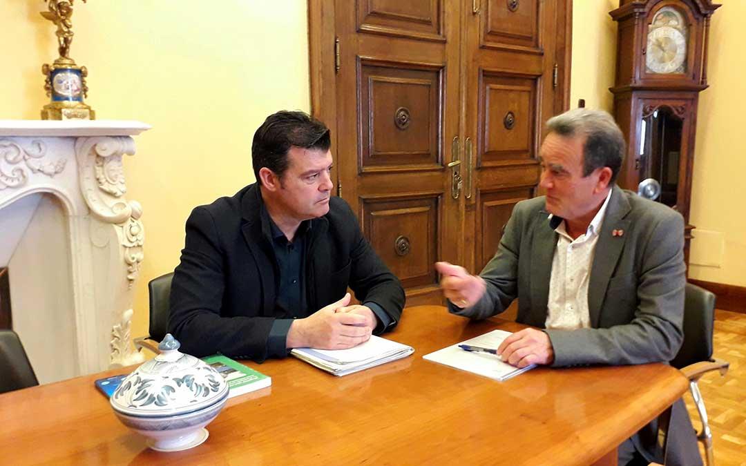 El presidente de la Diputación de Zaragoza se ha reunido con el comisionado del Gobierno de Aragón para la despoblación, Javier Allué.