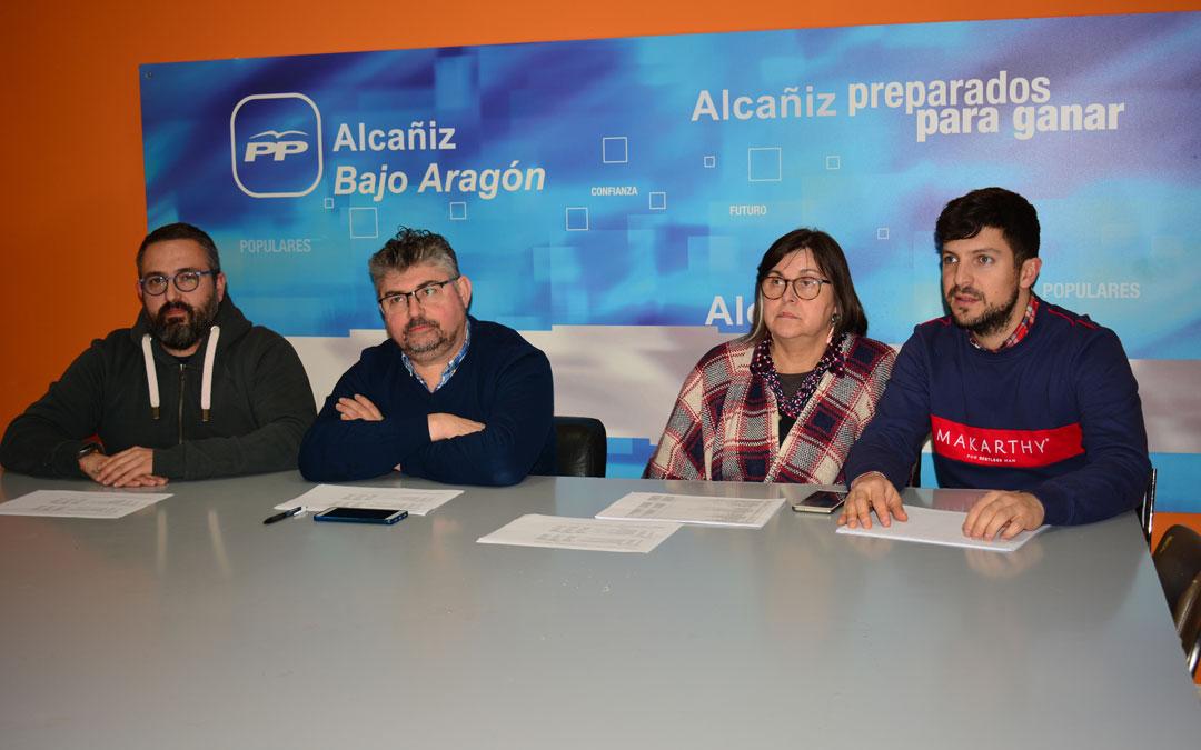 El portavoz de los populares en la Comarca del Bajo Aragón, José Miguel Celma, y los consejeros en la presentación de las enmiendas./I.M.