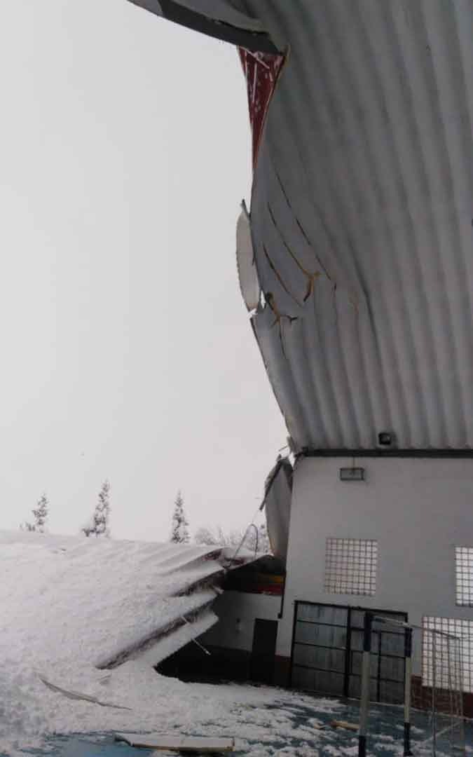 El tejado del polideportivo de Escucha se ha hundido por la nieve