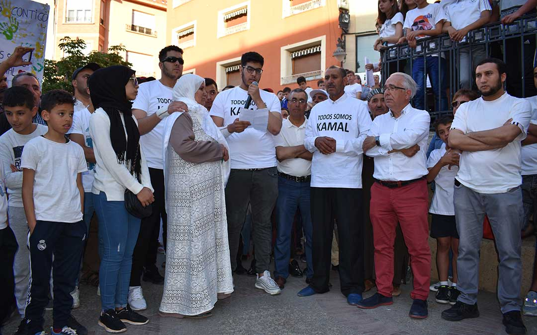 Familiares de Kamal y el alcalde de Caspe, Jesús Senante, durante la manifestación de 2019.