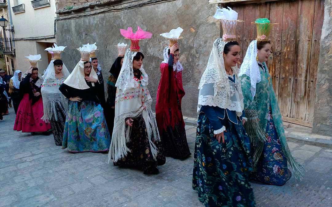 Las aguederas de Mazaleón lucieron en febrero los típicos 'panistres' en los que portan el pan bendito.