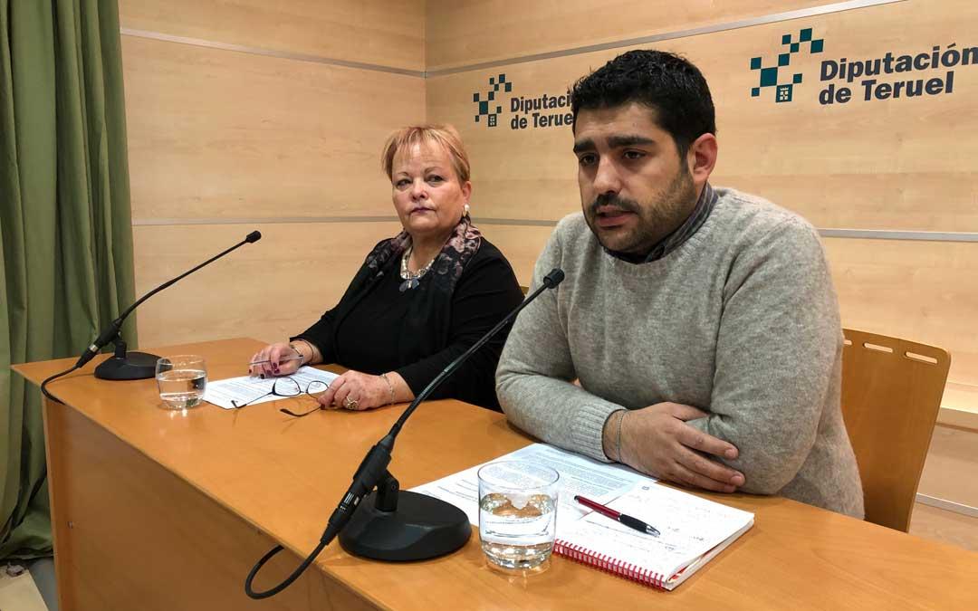 n Diego Piñeiro, diputado delegado de Turismo; y Mar Villacampa, técnico de turismo de la DPT, este lunes, en rueda de prensa en Teruel / DPT