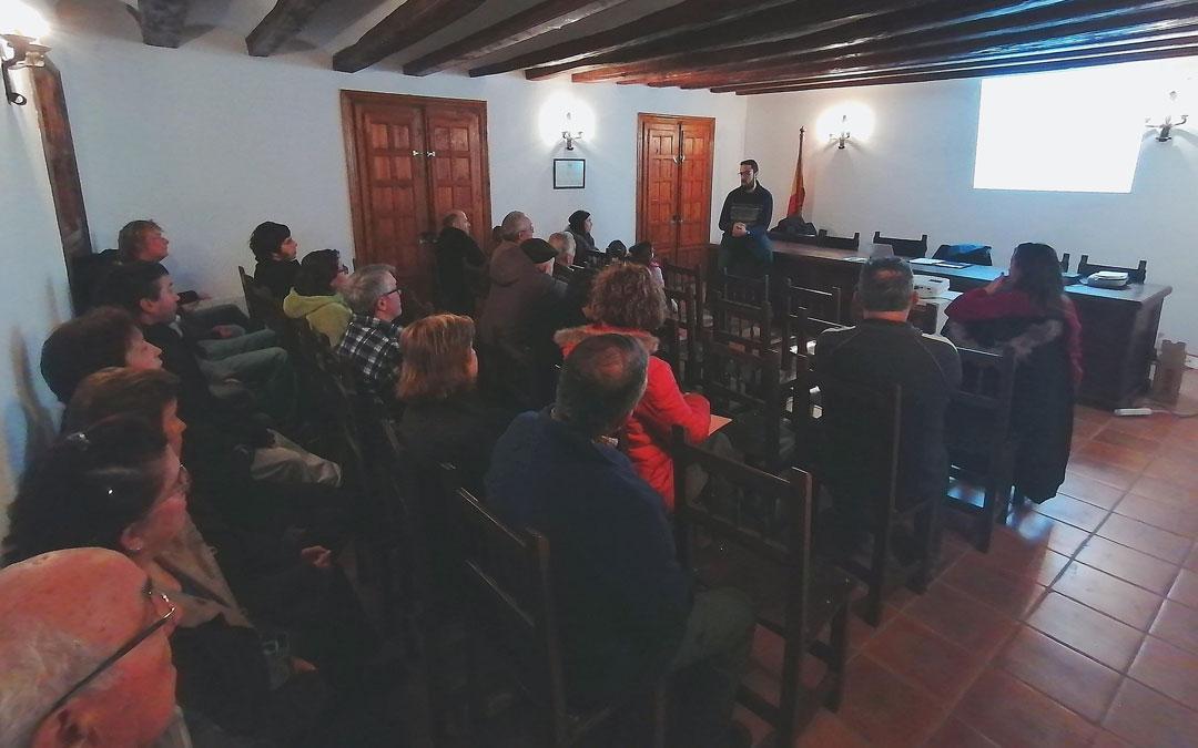 El alcalde, Daniel Ferrer, se dirige a sus vecinos en la reunión en Fórnoles sobre los parques eólicos. / Ayto. Fórnoles