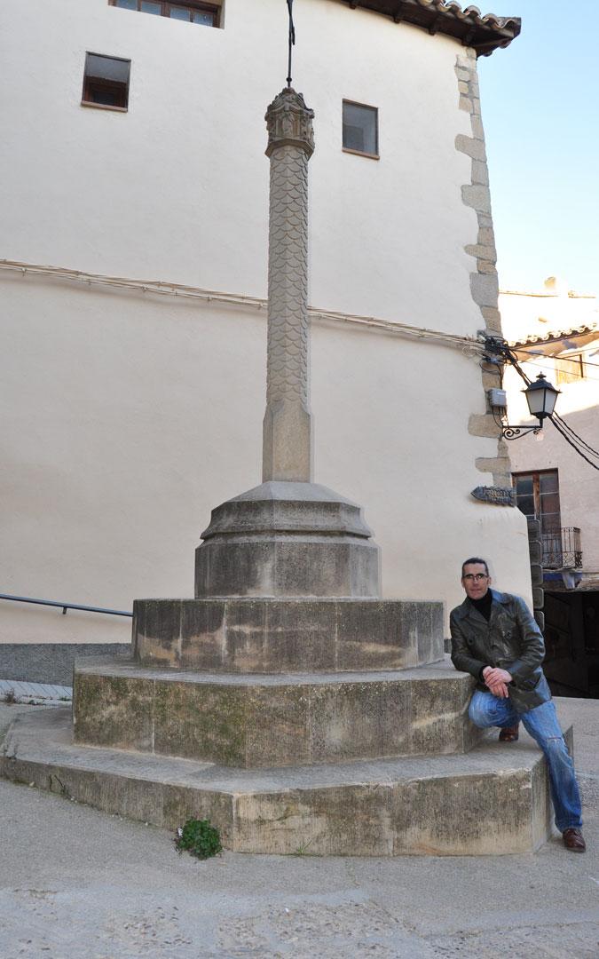 Con la cruz de término. / Javier de Luna
