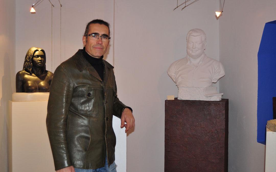 Junto a un busto de su mujer y al molde de la escultura de Toni Llerda. / Javier de Luna
