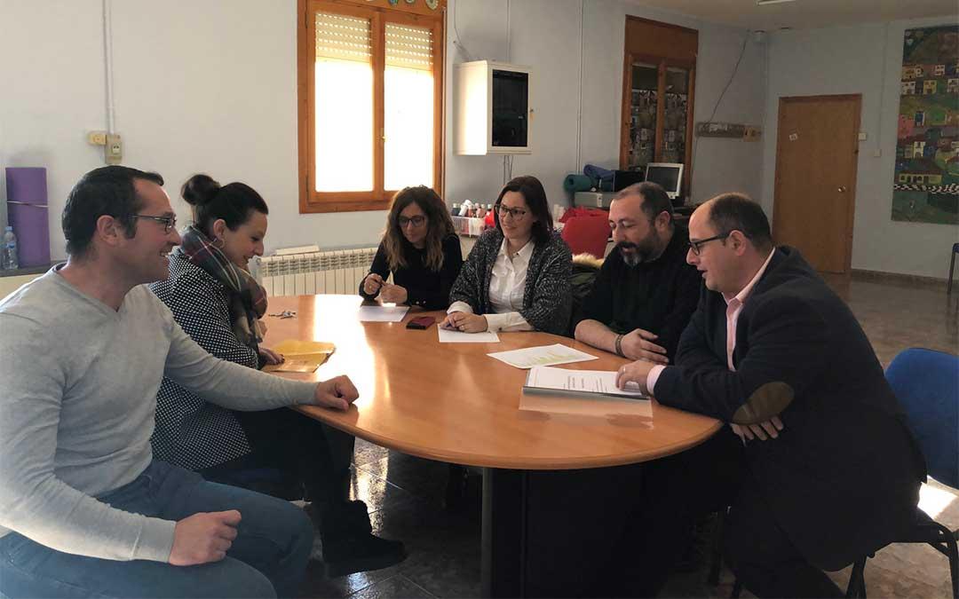 Izquierdo, (a la derecha de la imagen), junto a la corporación municipal de Gargallo y la diputada Esther Peirat (segunda por la izquierda).