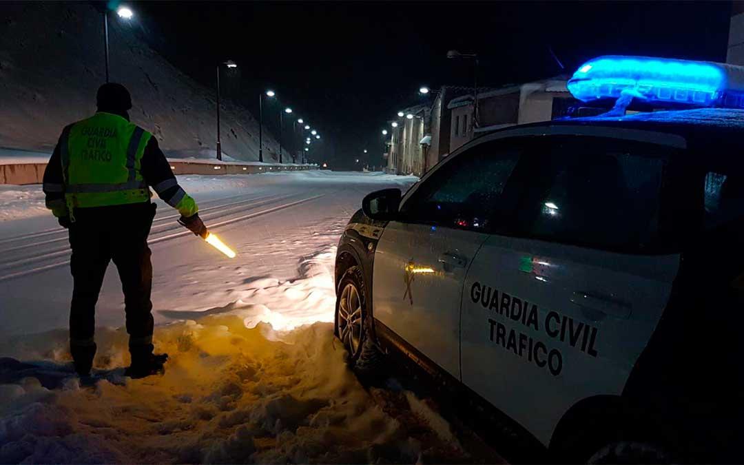 La Guardia Civil supervisa la circulación en la N-211, a la altura de Gargallo./ AUGC Teruel