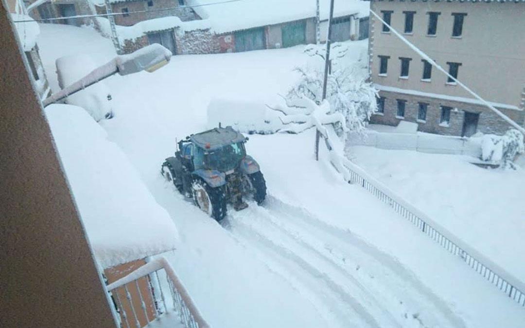 Los tractores están despejando las calles en La Ginebrosa. / Asoc. Cultural Tarayola
