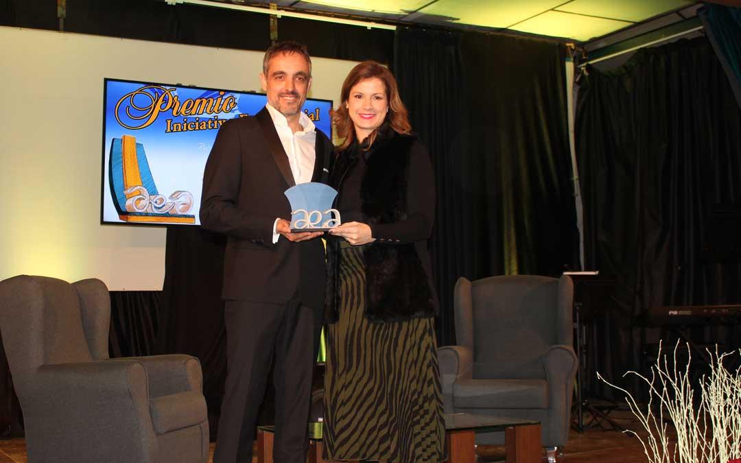 Eva Defior recogió el premio a la Colaboración de manos de Roberto Miguel / L. Castel