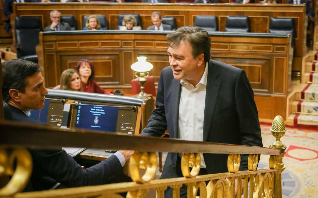 Pedro Sánchez estrecha la mano a Tomás Guitarte después de su intervención en la primera sesión del pleno de investidura