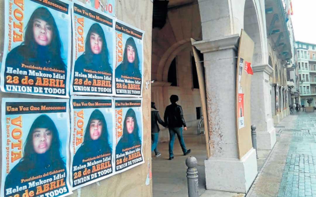 Helen Mukoro, en un cartel en la plaza de San Juan de Teruel durante las elecciones de abril del año pasado./ Heraldo