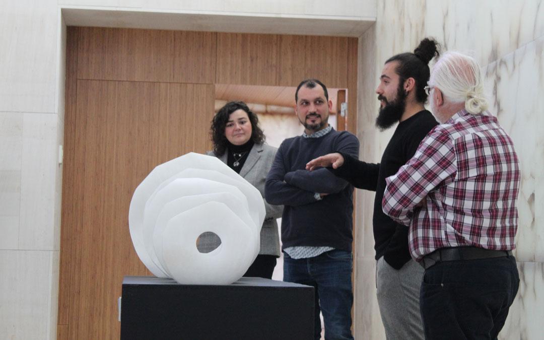 Darío Escriche, presentando su obra, ante Isabel Arnas, Carlos Abad y Santiago Martínez, coordinador de 'Proyecto alabastro'. / B. Severino