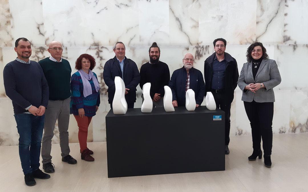 Autoridades de las tres entidades que colaboran en Proyecto alabastro, junto a Escriche y su obra, en la presentación de las jornadas del alabastro en la sede de la Comarca del Bajo Martín en Híjar. / B. Severino