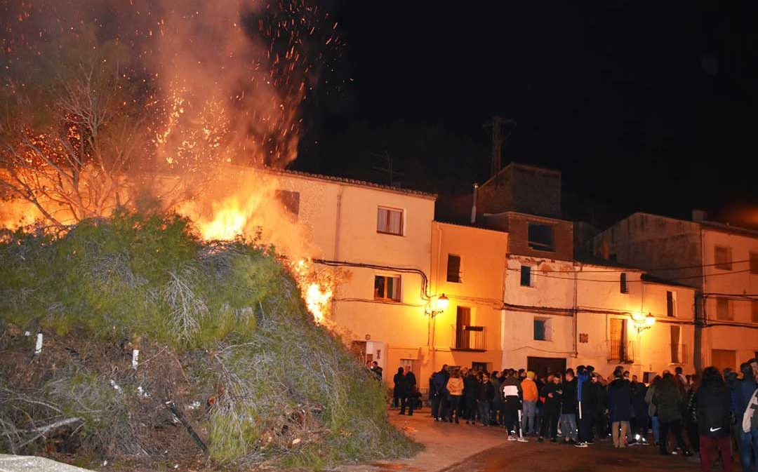 Castelnou inicia sus fiestas en honor a San Valero con su hoguera popular