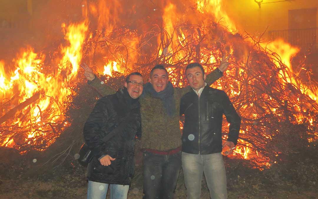 Vecinos de La Codoñera durante la hoguera por San Valero.