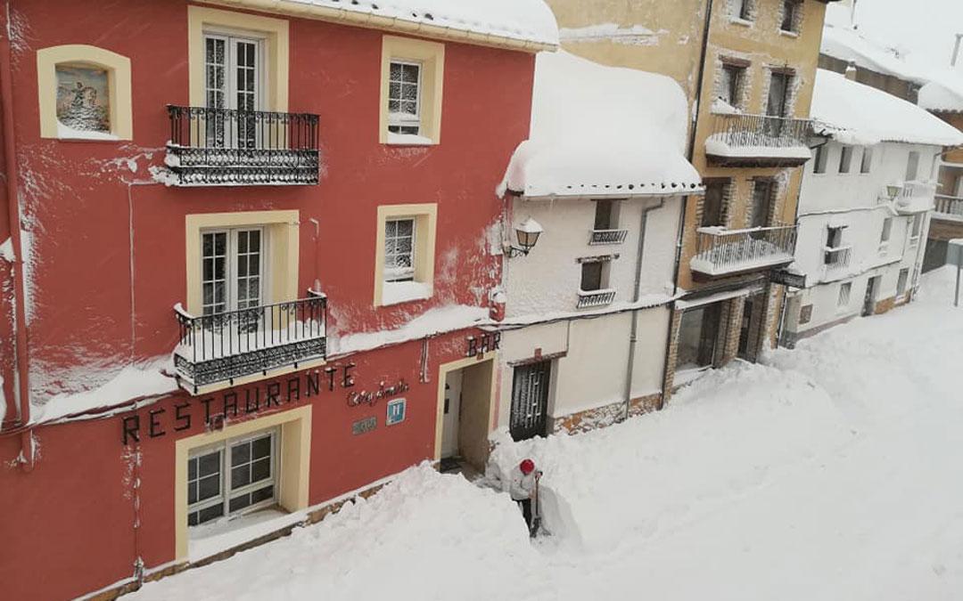 En La Iglesuela del Cid, el martes a primera hora, ha tocado despejar a mano los accesos. / Turismo La Iglesuela