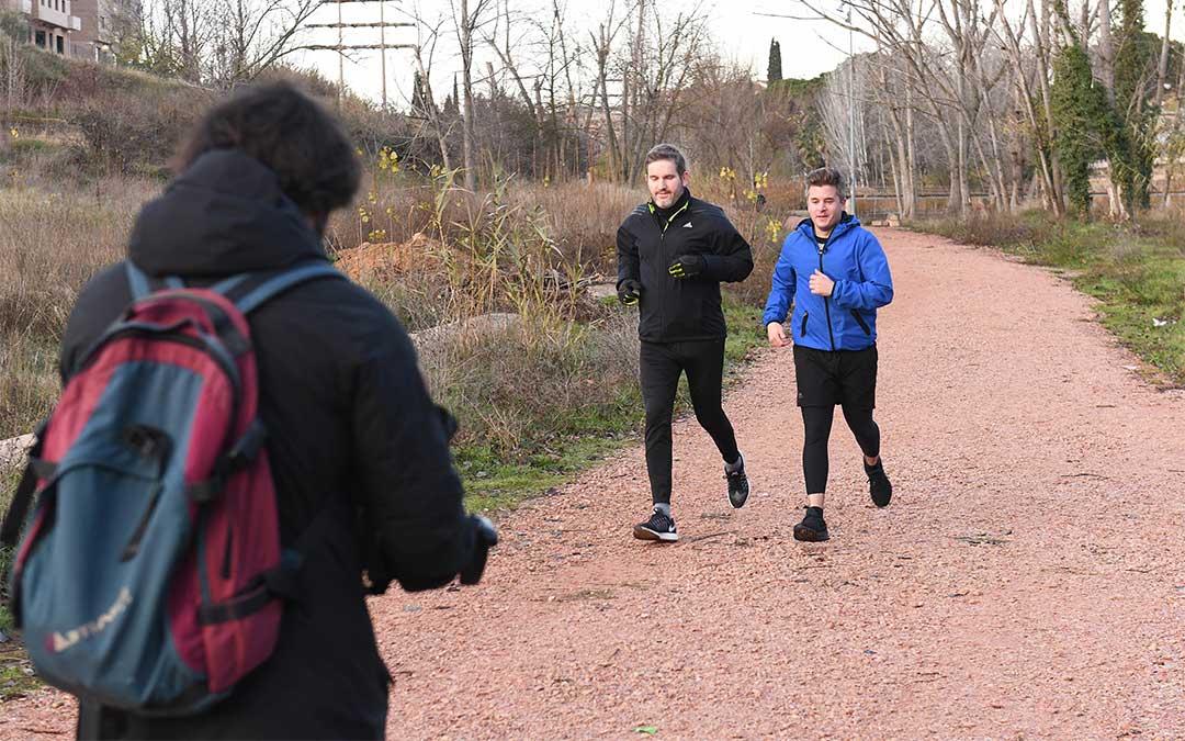 El redactor Luis Troya han acompañado al primer edil varias horas, desde su actividad deportiva./ Ayuntamiento de Alcañiz