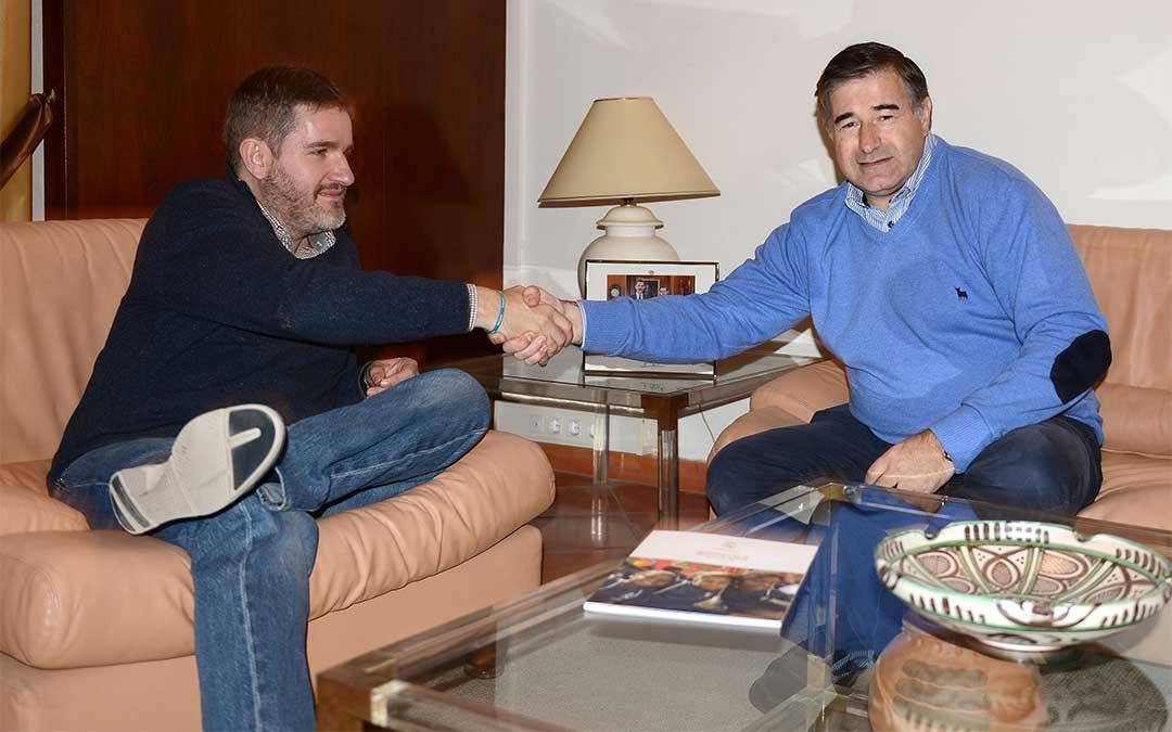 Encuentro entre Urquizu (izqda.) y González (dcha.) en la Alcaldía alcañizana.
