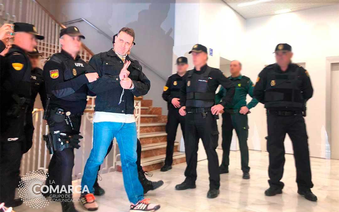 Igor el Ruso, sonriente y saludando, en el Juzgado de Teruel | María Quílez