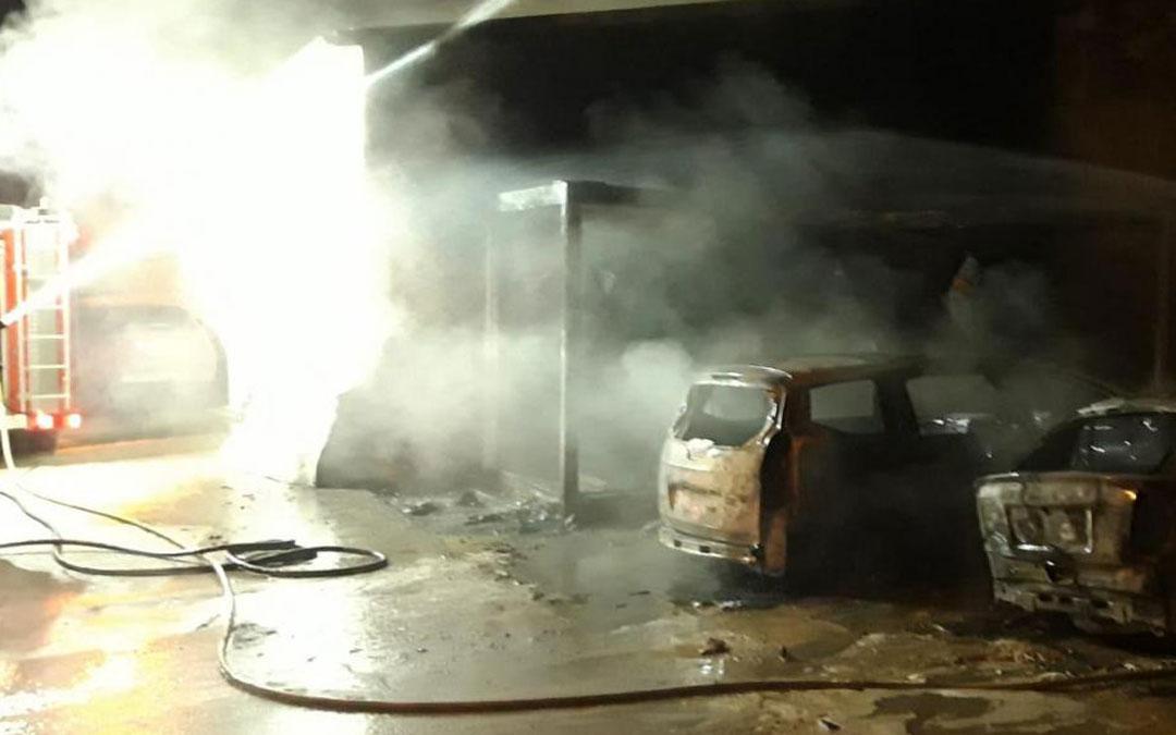 Los bomberos de la DPT con base en Alcañiz actuando en el incendio producido en Alcorisa. Bomberos DPT
