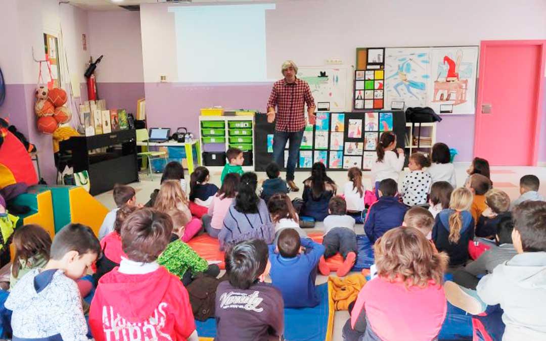 Los niños de Maella están aprendiendo este curso a través del cine. En la imagen, la visita del artista Saúl Irigaray.