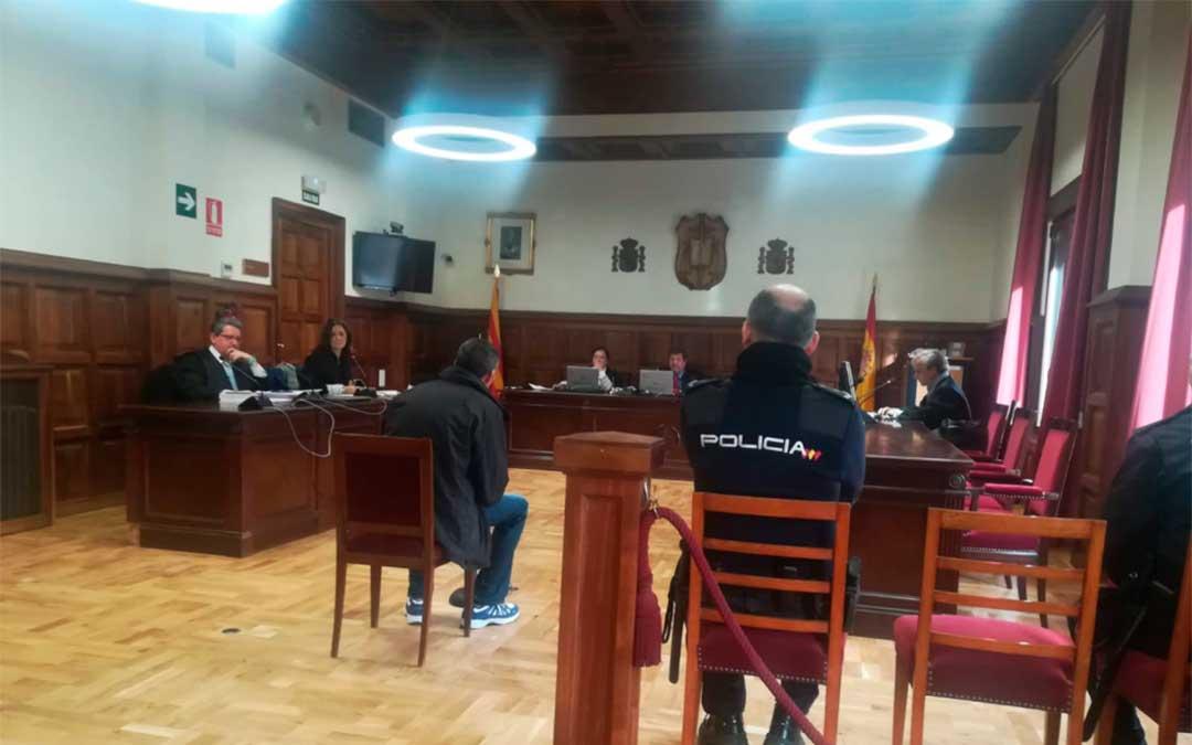 Imagen del juicio celebrado en la Audiencia Provincial con el acusado sentado de espaldas./ Heraldo.es