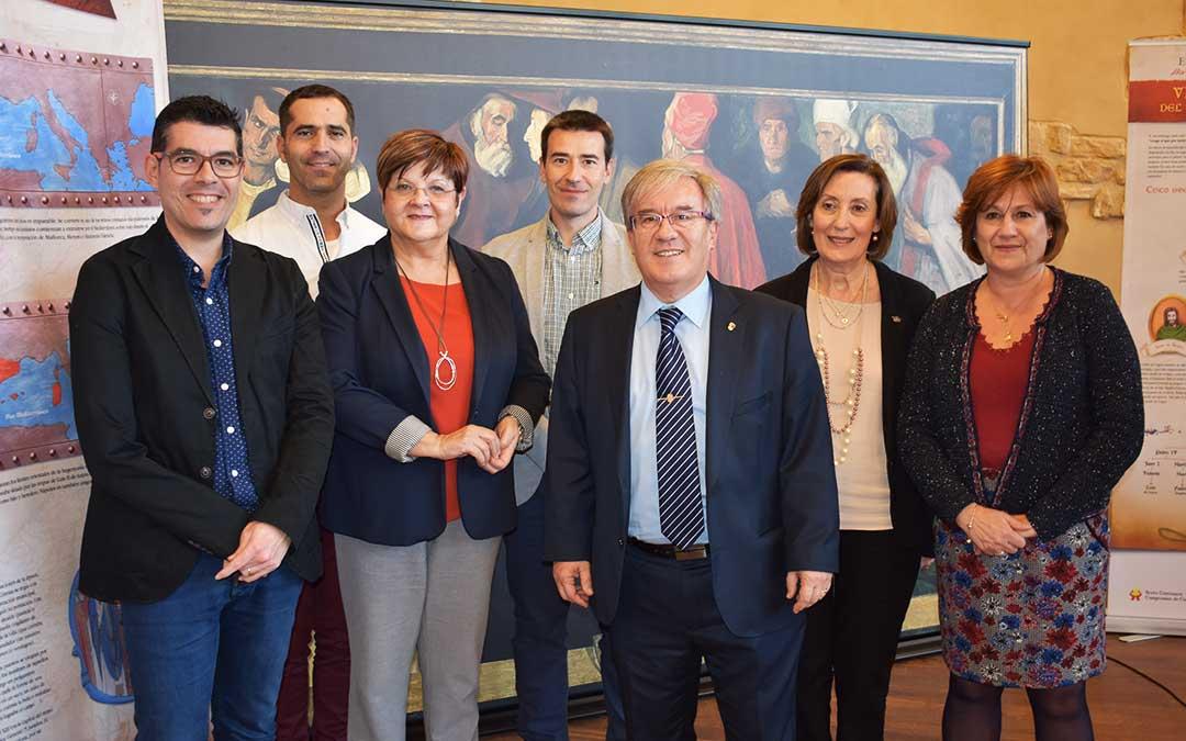 El justicia de Aragón junto a representantes del Ayuntamiento de Caspe y de la UEZ, este jueves.