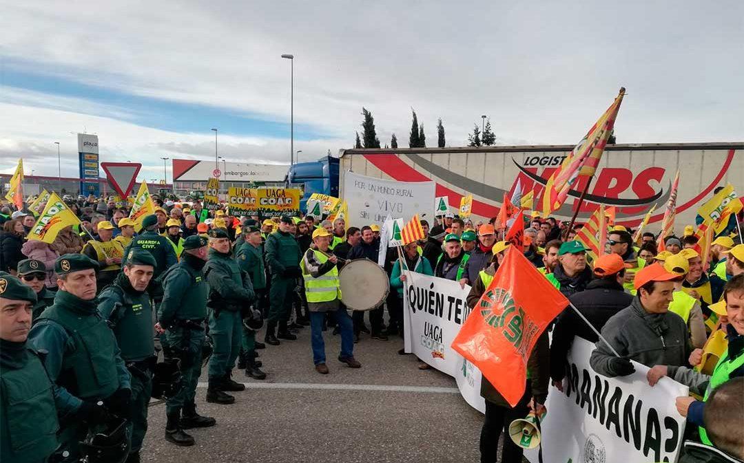 Retenciones y tensión en la rotonda de Plaza por la protesta de cientos de agricultores en Zaragoza
