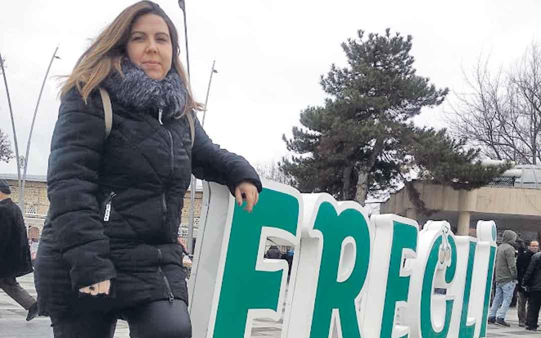 La diputada María Ariño, en la plaza principal de Eregli el pasado viernes / EVA DEFIOR
