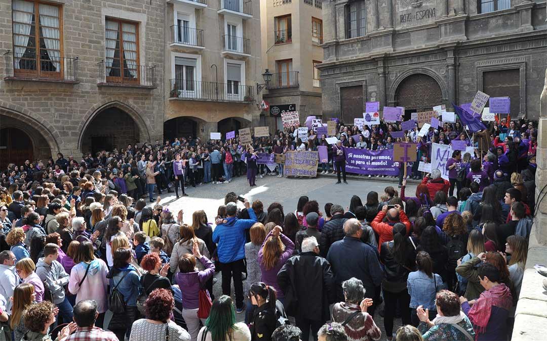 El 8 de marzo, Día de la Mujer, las mujeres salieron a la calle (en la fotografía Alcañiz) para denunciar la desigualdad de género en el territorio.